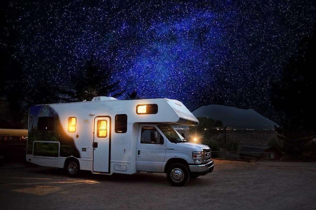 0cd363833ed Viajar en autocaravana y campervan por Finlandia. La magia de dormir en una  autocaravana en la noche finlandesa